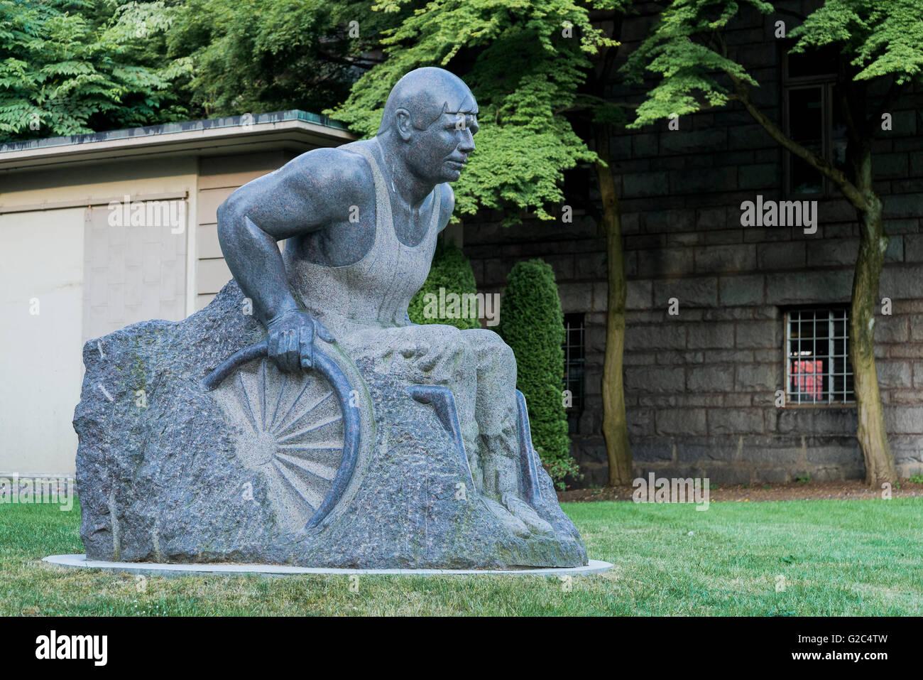 Granite sculpture of wheelchair athlete Rick Hansen, by artist William Koochin, Vancouver General Hospital grounds, - Stock Image