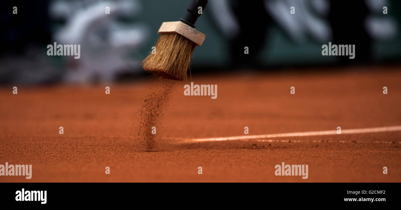Paris, France, 22 June, 2016, Tennis, Roland Garros, court attendance sweeping the lines with a broom Photo: Henk - Stock Image