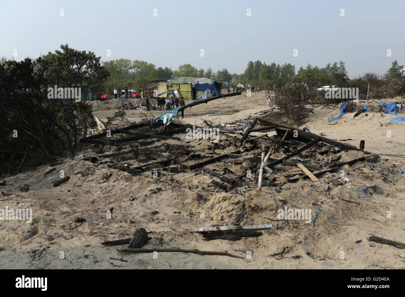 Burned remnants of a makeshift hut in the migrant camp dubbed the 'Jungle' on the outskirts of Calais, France, 27 Stock Photo