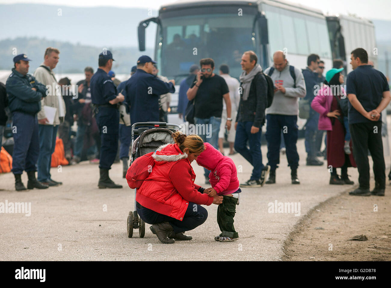 Beijing, China. 24th May, 2016. Refugees of Idomeni camp wait to be bused to other destinations at the border of - Stock Image