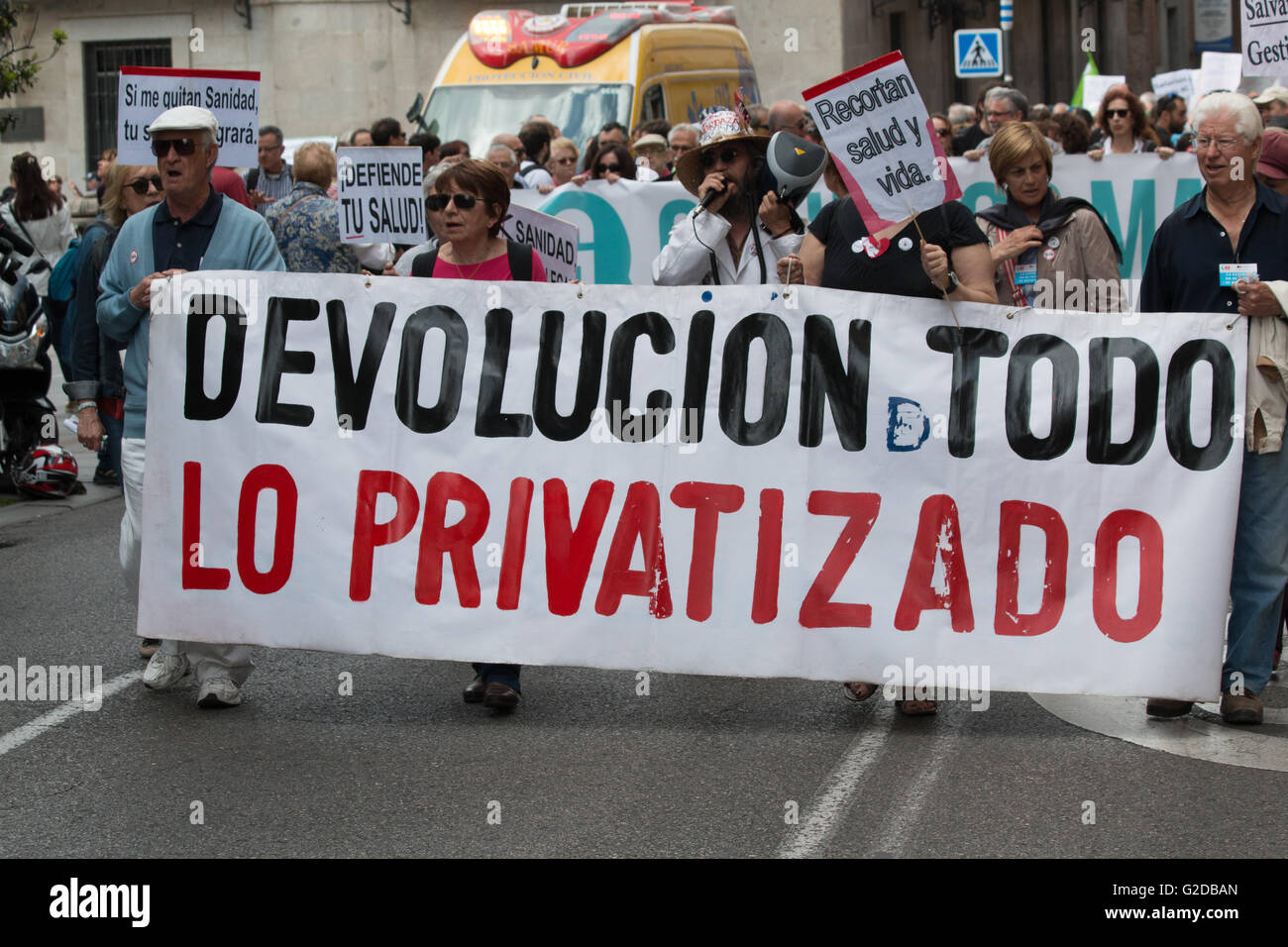 Madrid, Spain. 28th May, 2016. A banner that says 'Turn Back all the privatized' during march in Madrid. - Stock Image