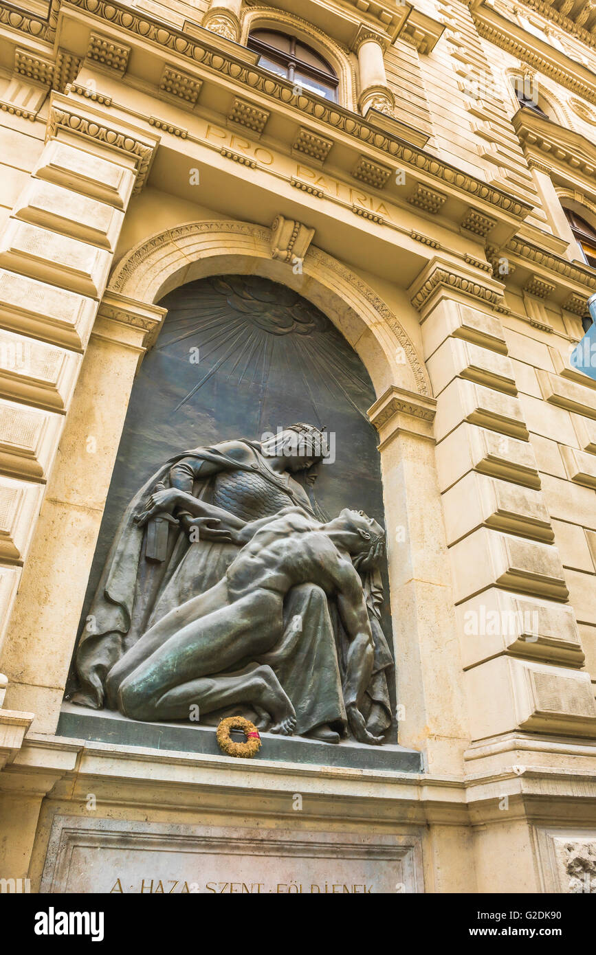 Sculpture of King Stephen, the first Christian Magyar ruler of Hungary, on the wall of the Belvaros Post Office - Stock Image