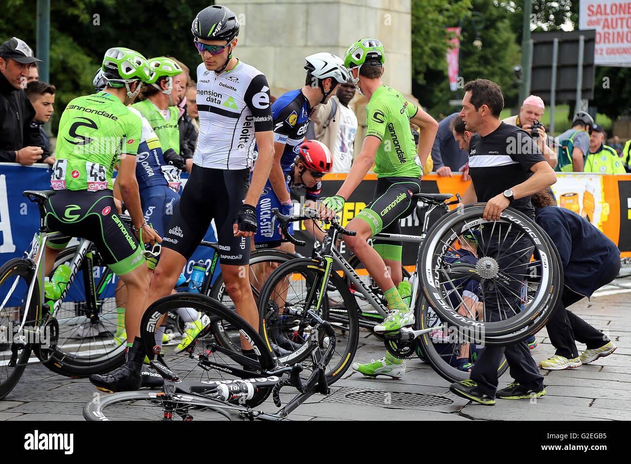 https://c8.alamy.com/comp/G2EGB5/torino-italy-29th-may-2016-the-home-favorite-vincenzo-nibali-wins-G2EGB5.jpg