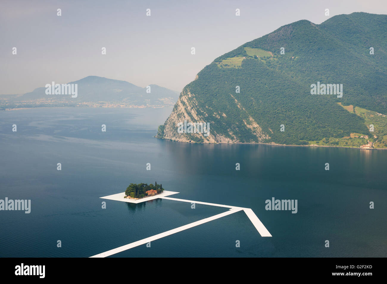 Swimming pontons form a giant arrow at Saint Paul island for Christo's project 'The floating piers' - Stock Image