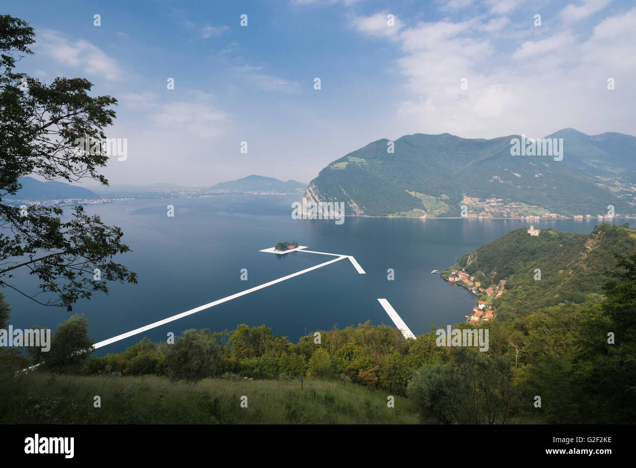 Swimming pontons are placed between the islands for Christo's project 'The floating piers' on Lake Iseo - Stock Image