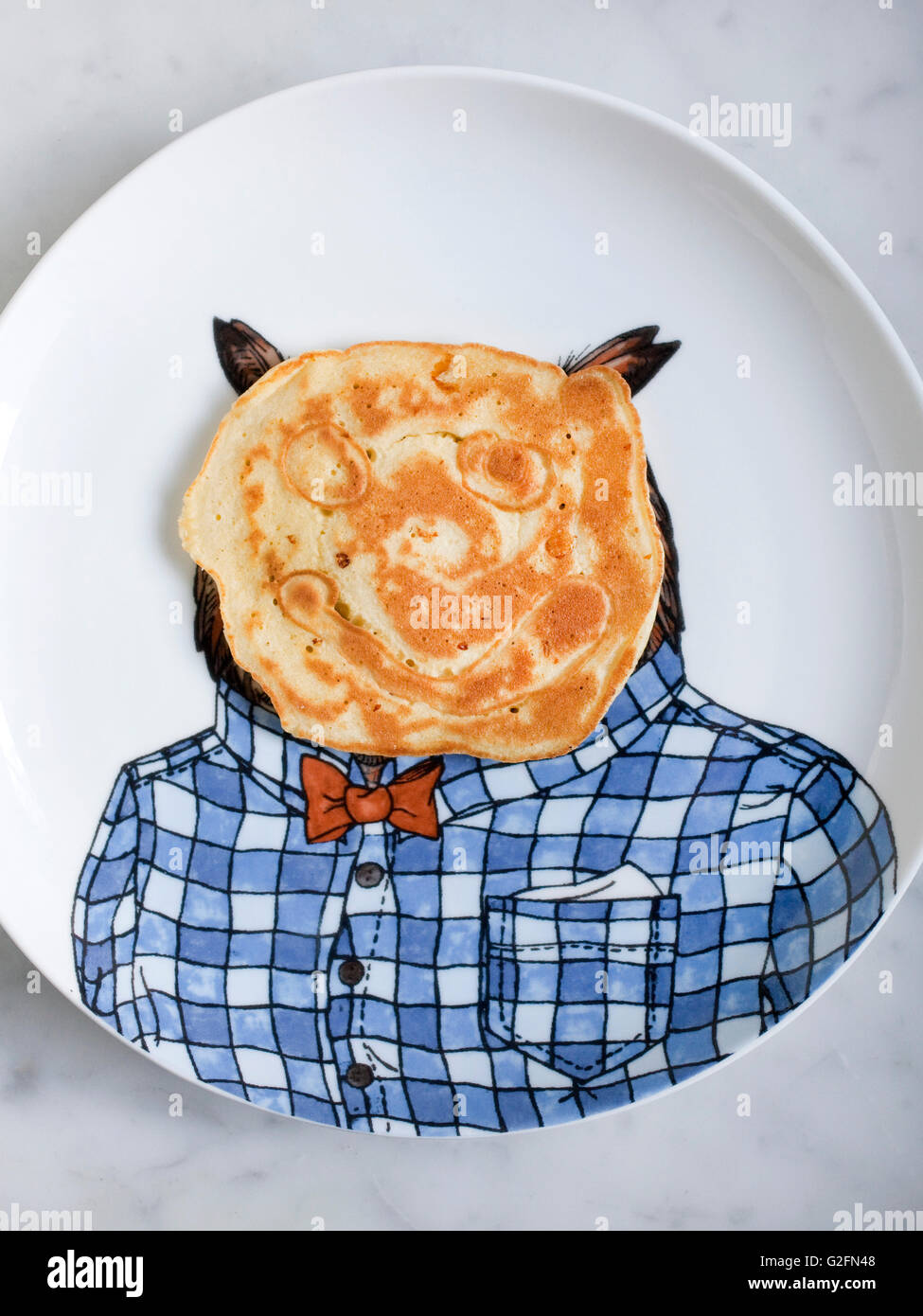 Pancake with face on owl plate - Stock Image