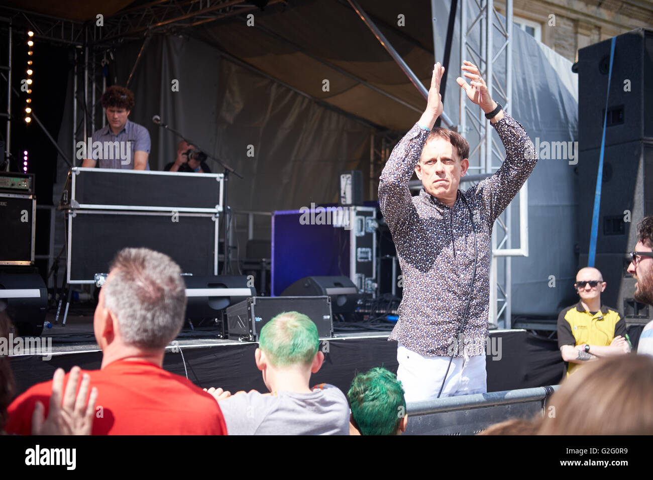 Tom Hingley at front of stage during Darwen Live 2016 with his band the Kar-Pets his tribute band to 1990s band - Stock Image
