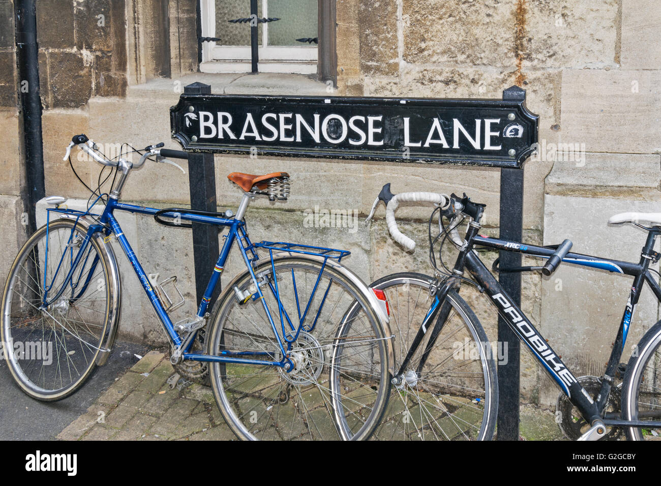 BICYCLES AND SIGN BRASENOSE LANE OXFORD CITY - Stock Image