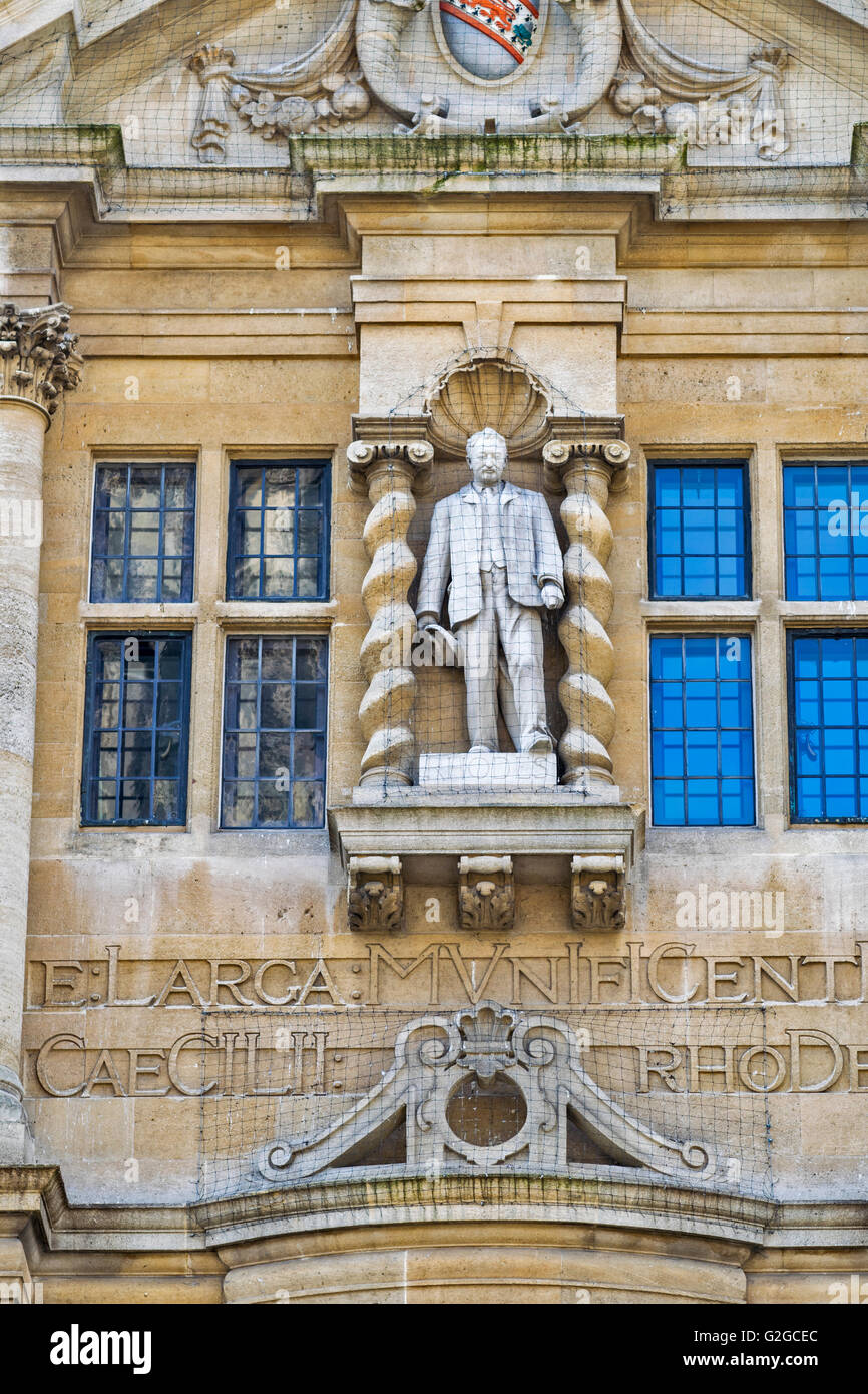 CECIL RHODES THE STATUE AT THE FRONT OF ORIEL COLLEGE OXFORD SEEN FROM THE HIGH STREET - Stock Image