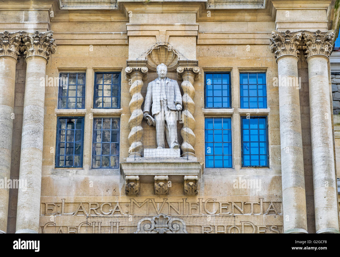 OXFORD CITY CECIL RHODES THE STATUE LOOKS DOWN FROM THE FRONT OF ORIEL COLLEGE OXFORD SEEN FROM THE HIGH STREET - Stock Image