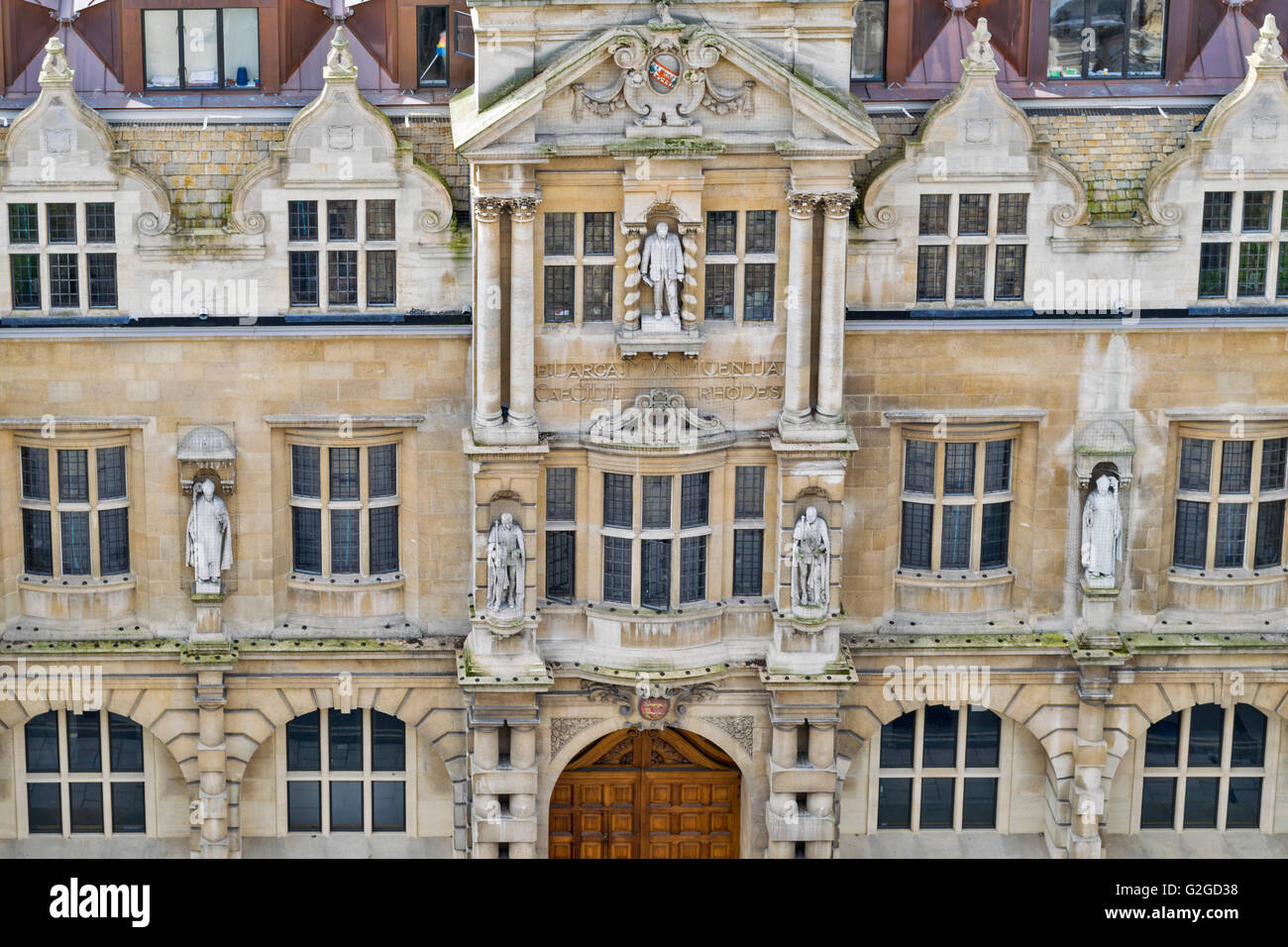 OXFORD CITY THE STATUES OF ORIEL COLLEGE CECIL RHODES LOOKS DOWN FROM THE TOP - Stock Image