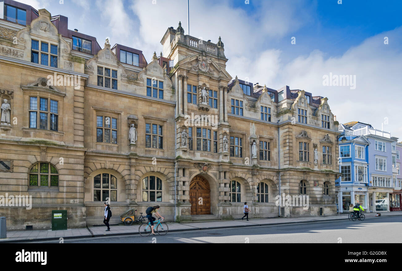 THE STATUE OF CECIL RHODES HIGH OVER THE MAIN DOOR LOOKS DOWN FROM THE FRONT OF ORIEL COLLEGE OXFORD SEEN FROM THE - Stock Image