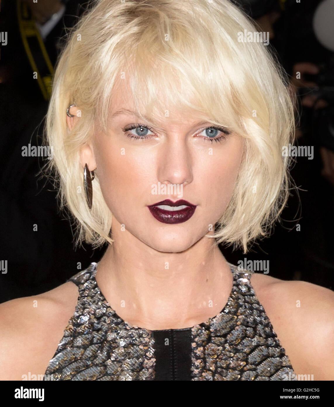Christmas Lights Glisten Taylor Swift: Taylor Swift White Stock Photos & Taylor Swift White Stock
