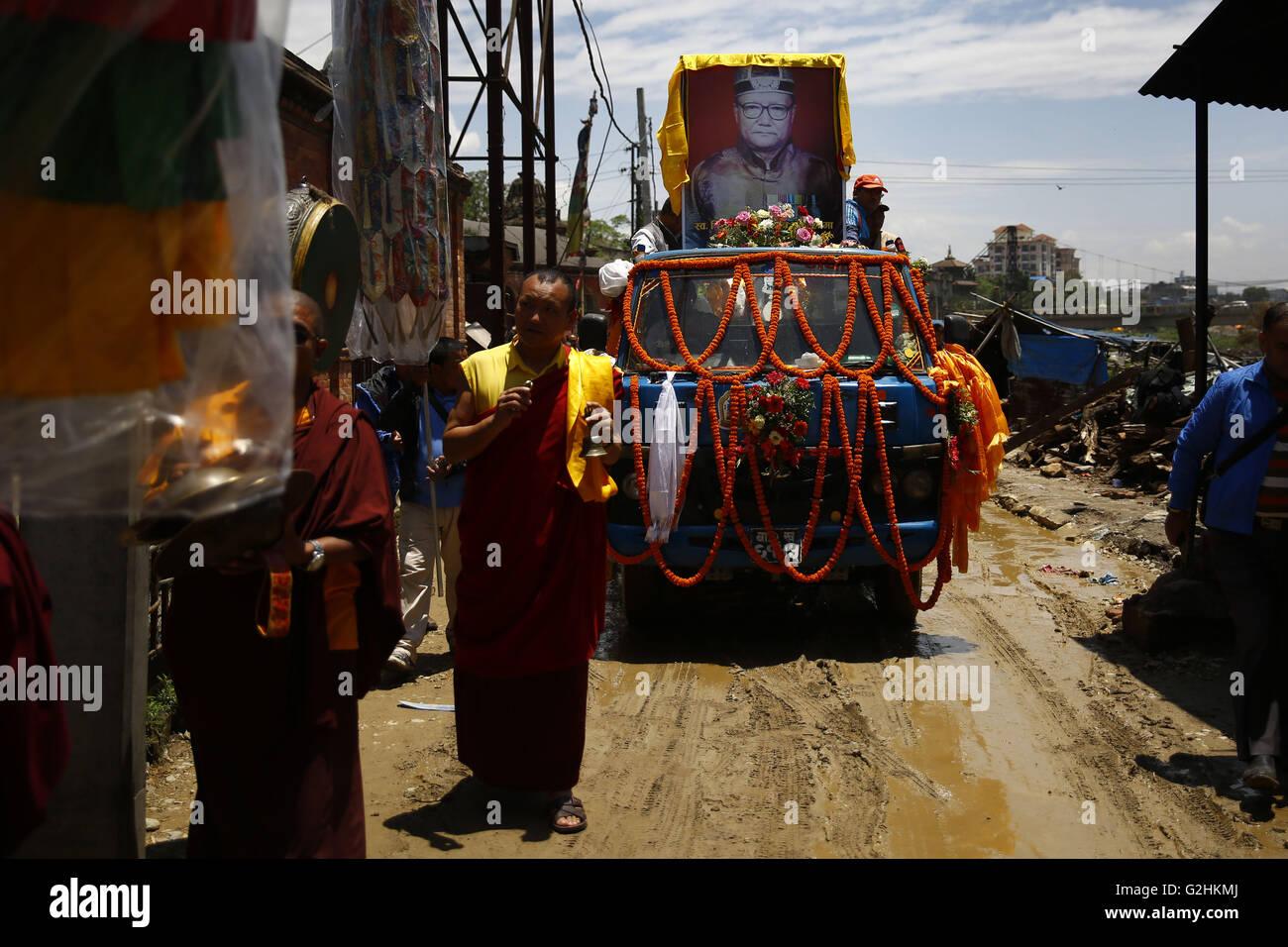 Kathmandu, Nepal. 31st May, 2016. Devotees carry the body of Revered Buddhist abbot Chiniya Lama, Sherab Dorje, - Stock Image