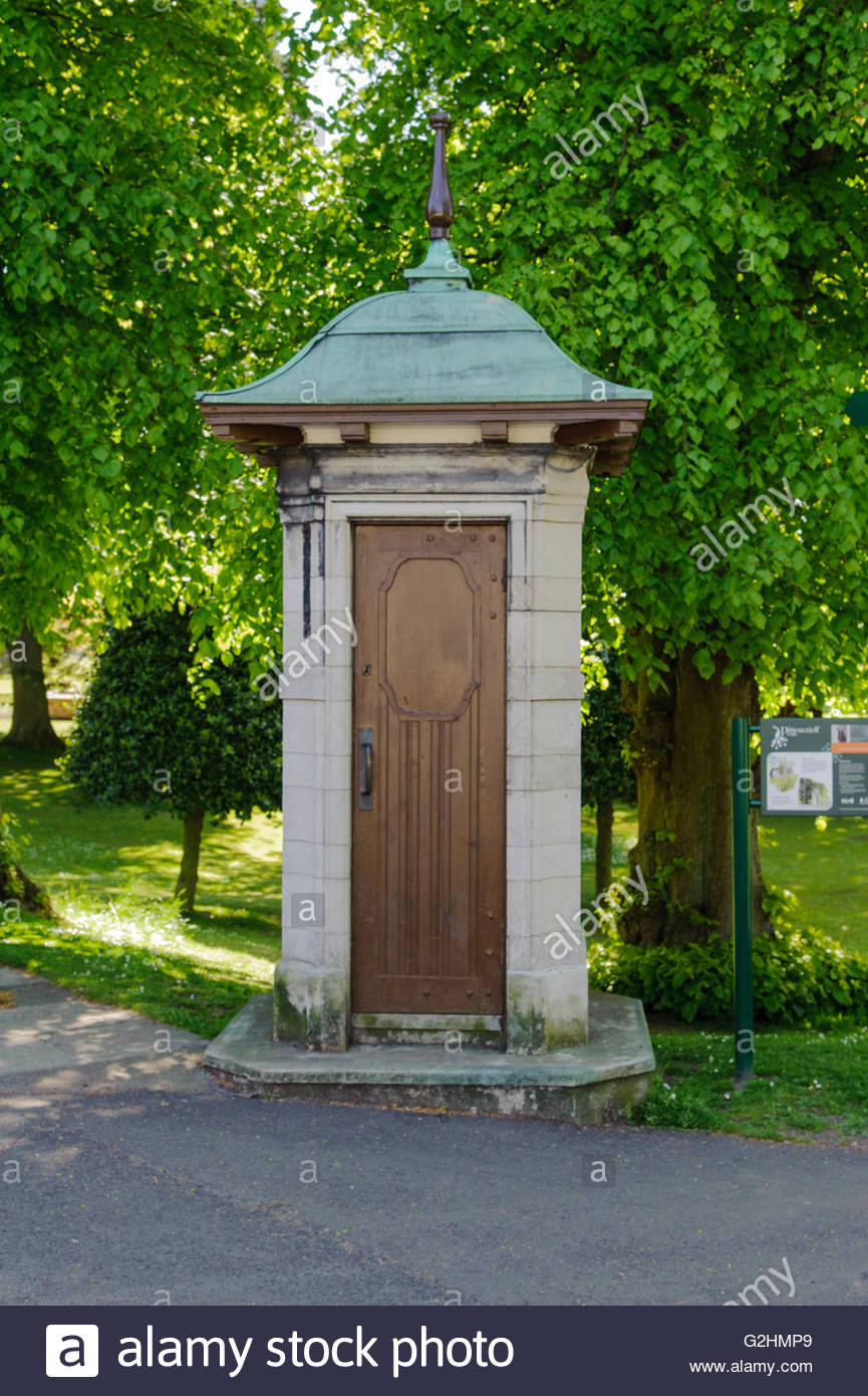 Dunfermline, UK. 31 May, 2016. UK Weather. Early telephone kiosk installed in Pittencrieff Park in 1928. Credit: - Stock Image