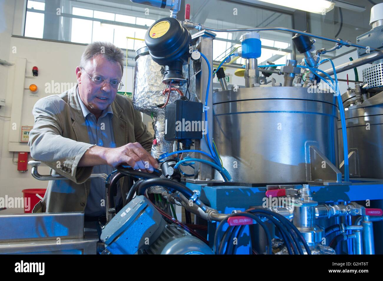 Dresden, Germany. 24th May, 2016. Rolf-Dieter Hund of the Institute for Textile Engineering of the Technical University Stock Photo
