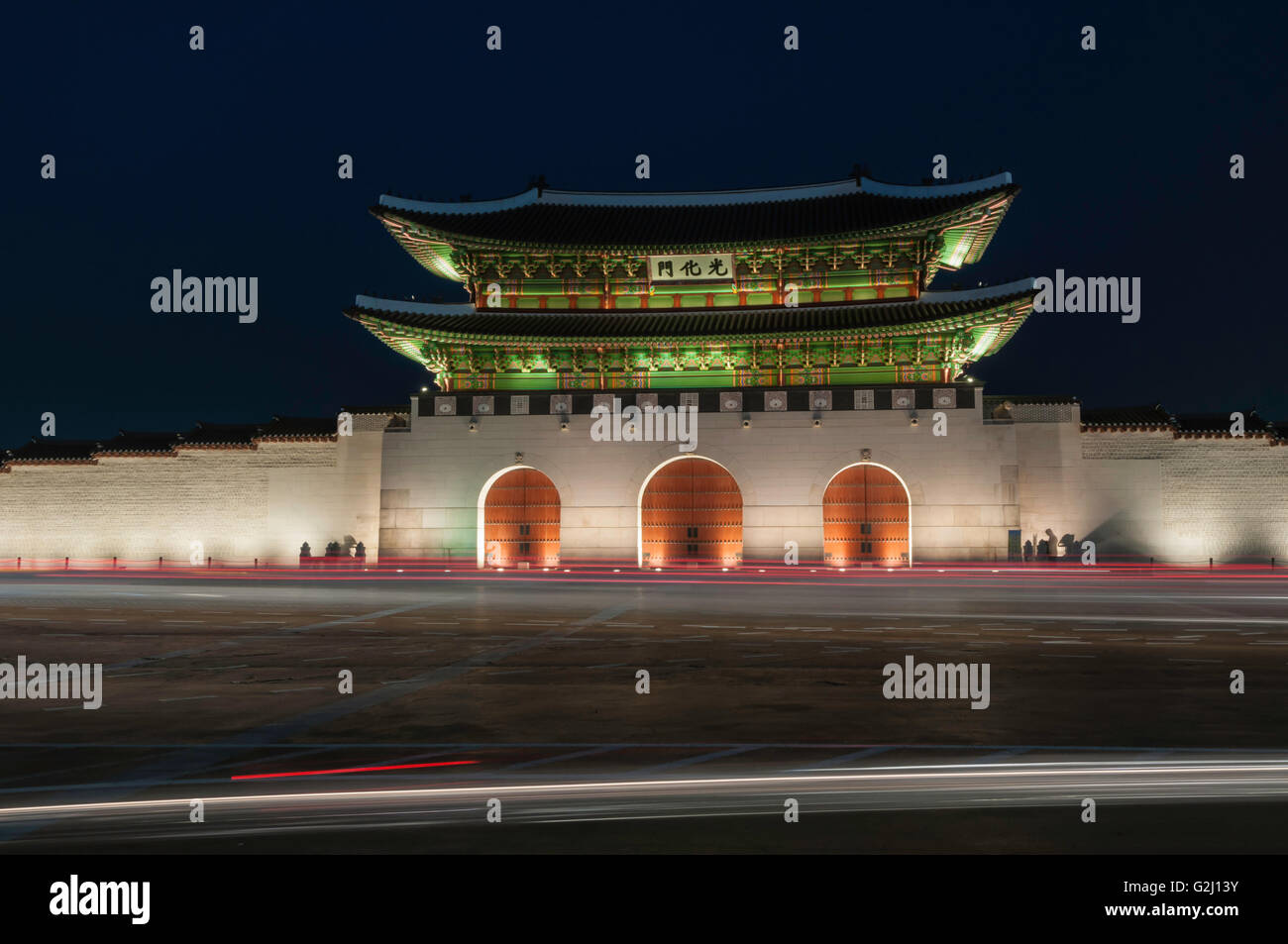 Gwanghwamun, main gate, with motion blur traffic at night, Gyeongbokgung Palace, Jongno-gu, Seoul, South Korea Stock Photo