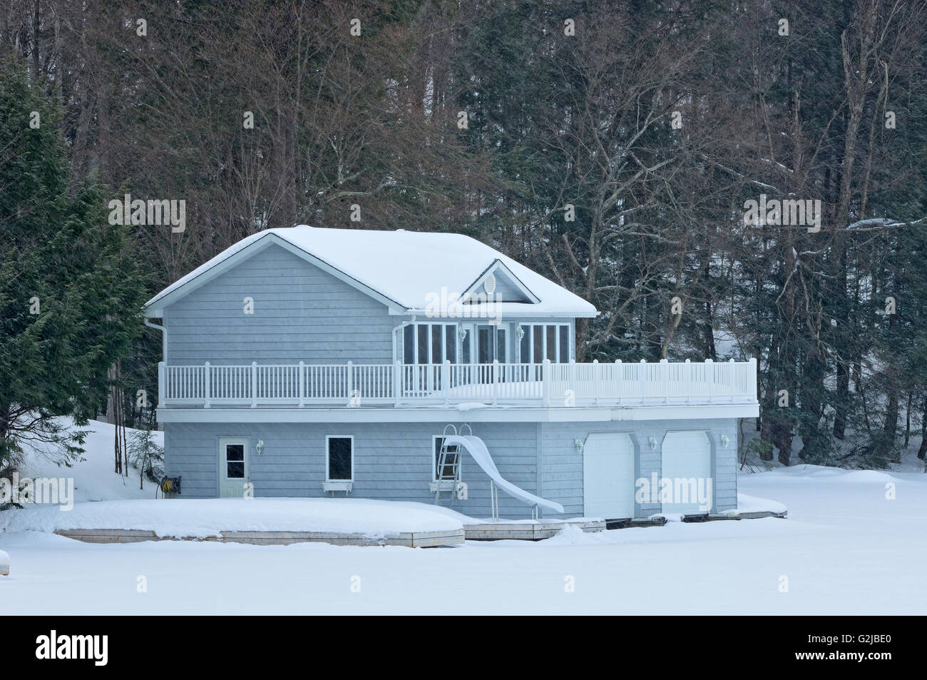 Cottage in winter, Muskoka Country, Ontario, Canada - Stock Image