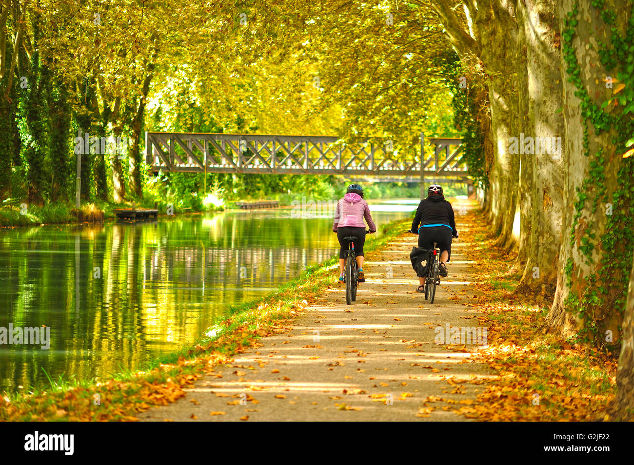 cyclists on the towpath beside the Canal de Garonne near Marmande, Lot-et-Garonne Department, Aquitaine, France - Stock Image