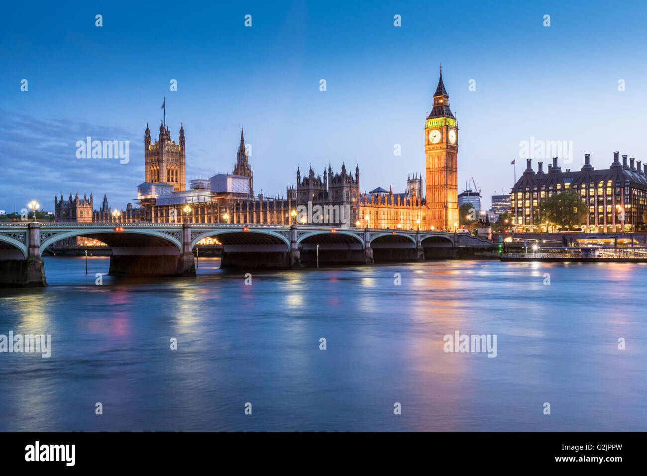 The Houses of Parliament, Big Ben and the River Thames in London, England at dusk - Stock Image
