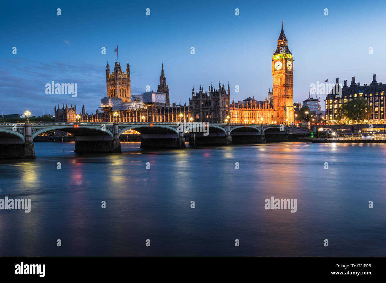 The Houses of Parliament, Elizabeth Tower, Big Ben and the River Thames in London, England at dusk - Stock Image