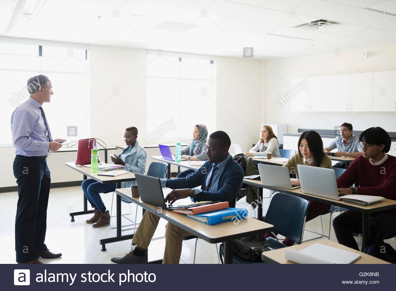 Professor leading ESL lesson in classroom - Stock Image