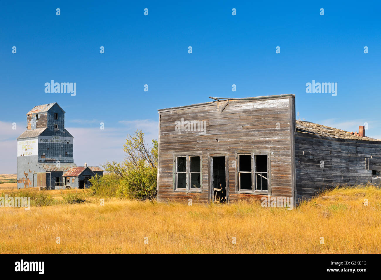 General store and grain elevator in ghost town Fusiller Saskatchewan Canada - Stock Image