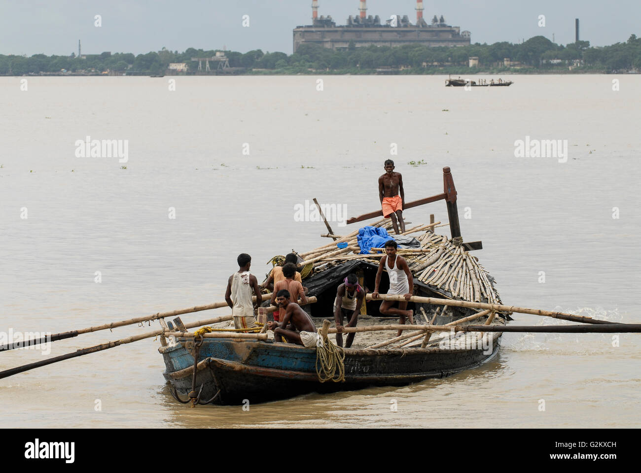 INDIA Westbengal Calcutta Kolkata, wooden freight boat on river hooghli, backside coal power station  / INDIEN Westbengalen, - Stock Image