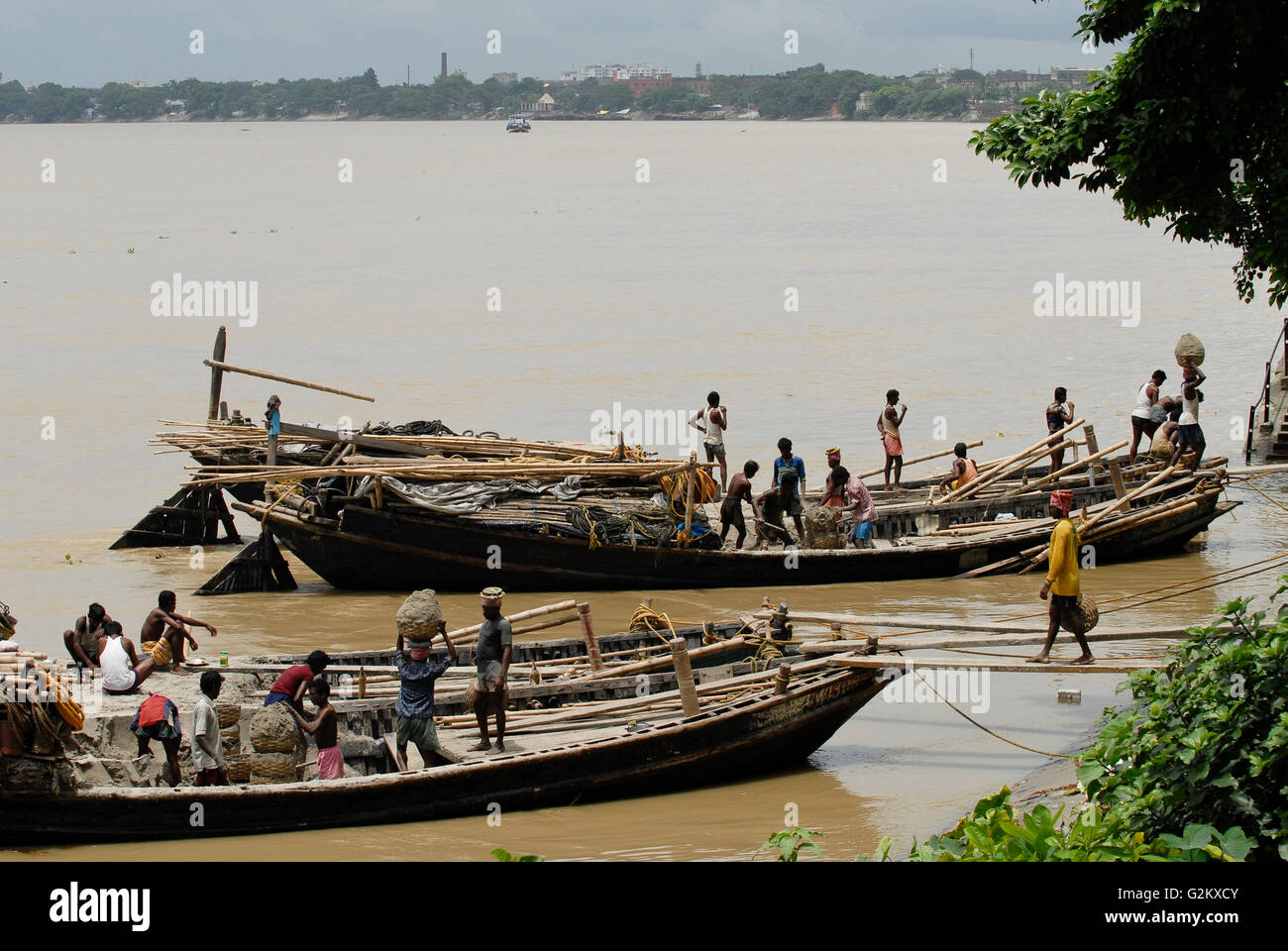 INDIA Westbengal Calcutta Kolkata, wooden freight boat on river hooghli, unloading of clay for sculpture workshops - Stock Image