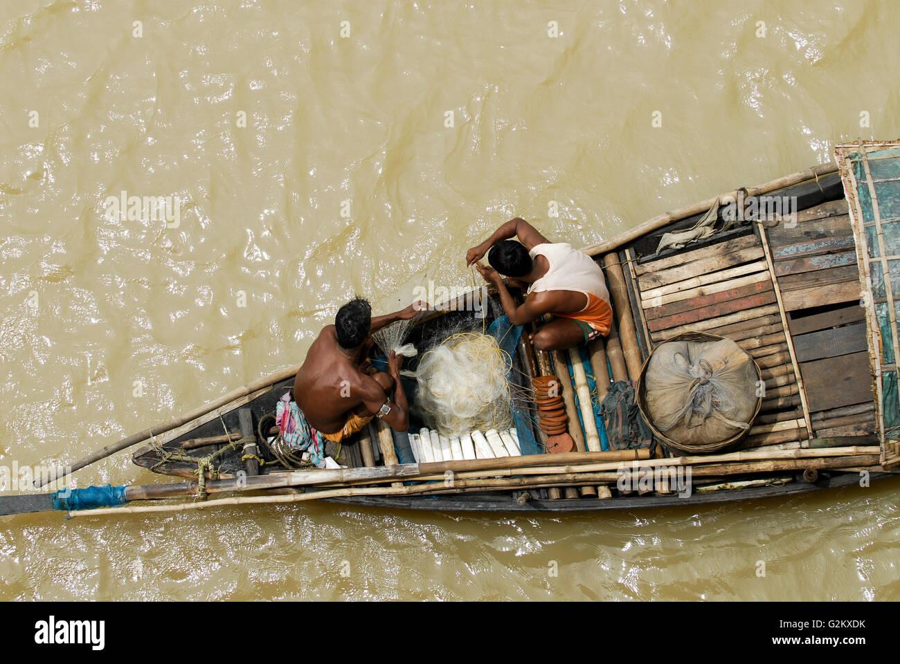 INDIA Westbengal Calcutta Kolkata, fisherman in boat on river Hooghli / INDIEN Kalkutta Kolkata, Fischer in Holzboot - Stock Image