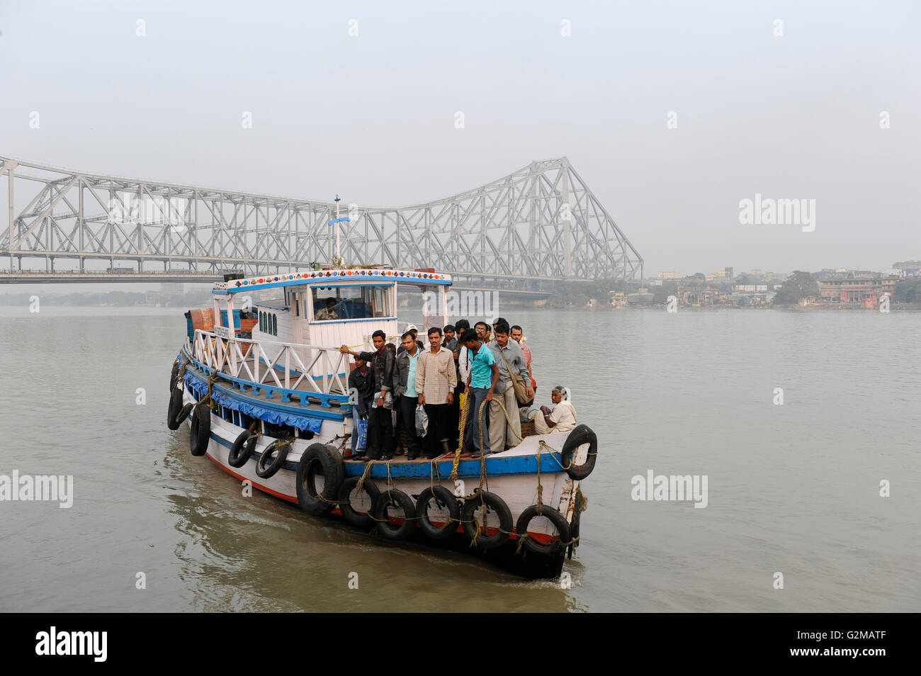 INDIA Westbengal, Kolkata, ferry boat on Hooghli river and Howrah bridge / INDIEN, Westbengalen, Kolkata, Boot auf - Stock Image