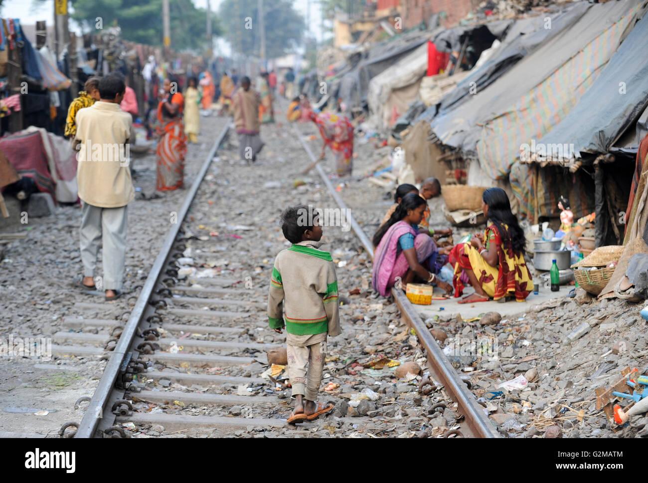 INDIA Westbengal, Kolkata, homeless people in tents at railway line / INDIEN, Westbengalen, Kolkata, obdachlose - Stock Image
