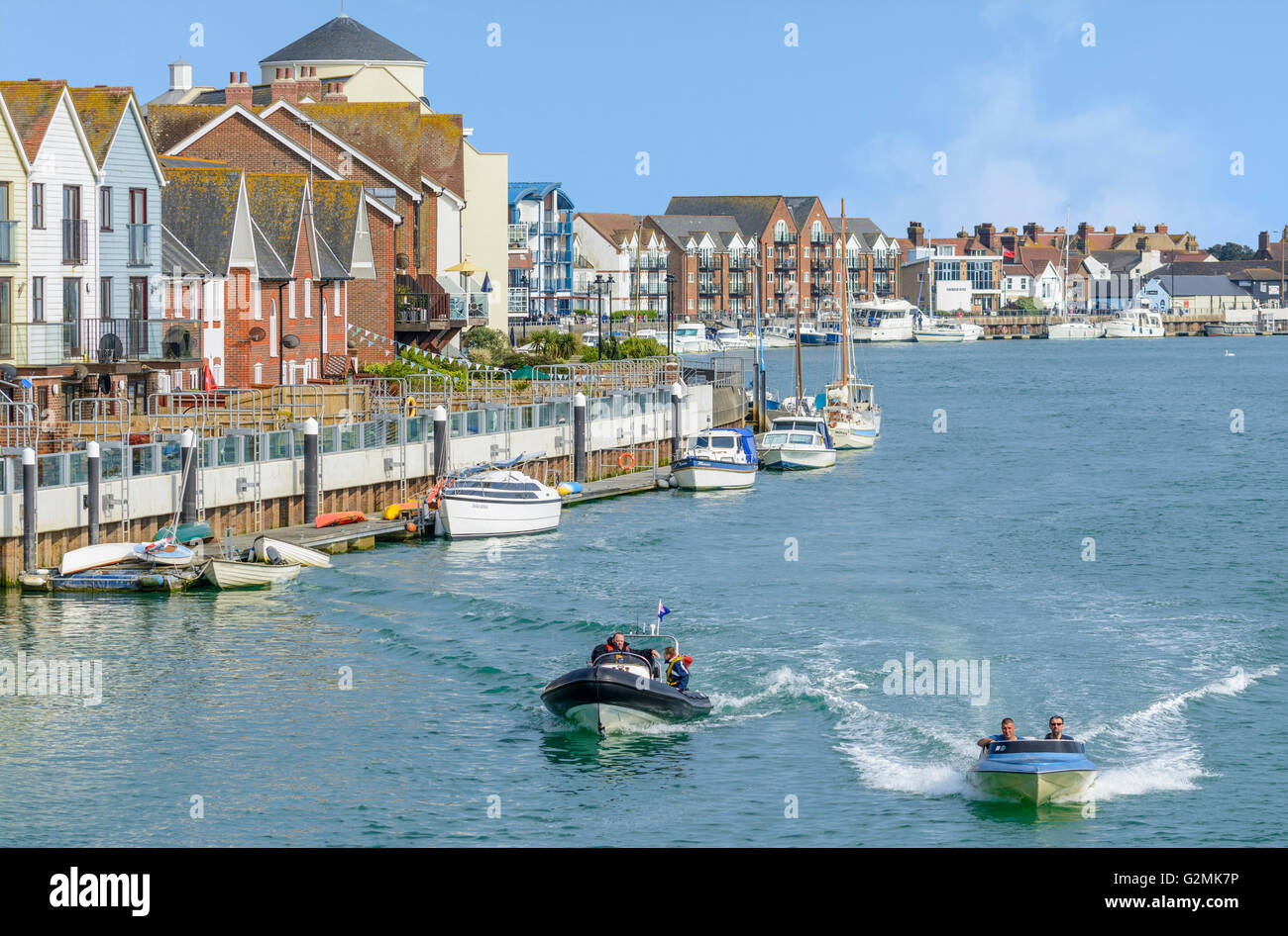 Riverside housing and boats on the River Arun in Littlehampton, West Sussex, England, UK. - Stock Image