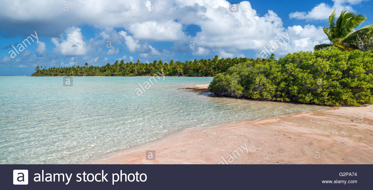 Panoramic view of a pink sand beach in Fakarava (French Polynesia) - Stock Image