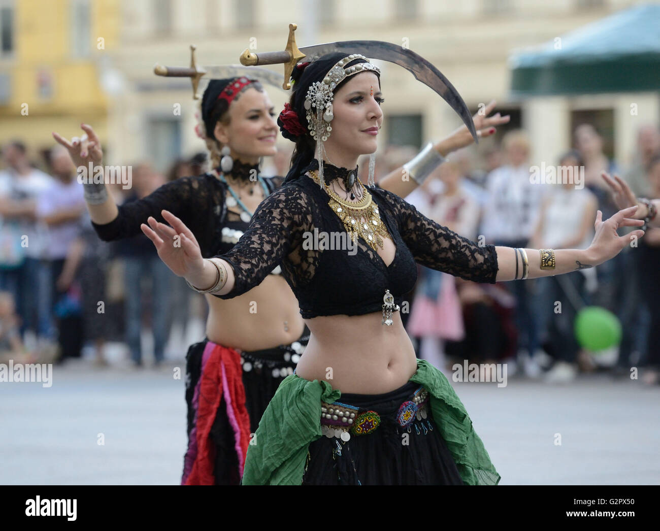 """Zagreb, Croatia. 2nd June, 2016. Street performers entertain audience during the 20th """"Cest is d'best"""" international Stock Photo"""