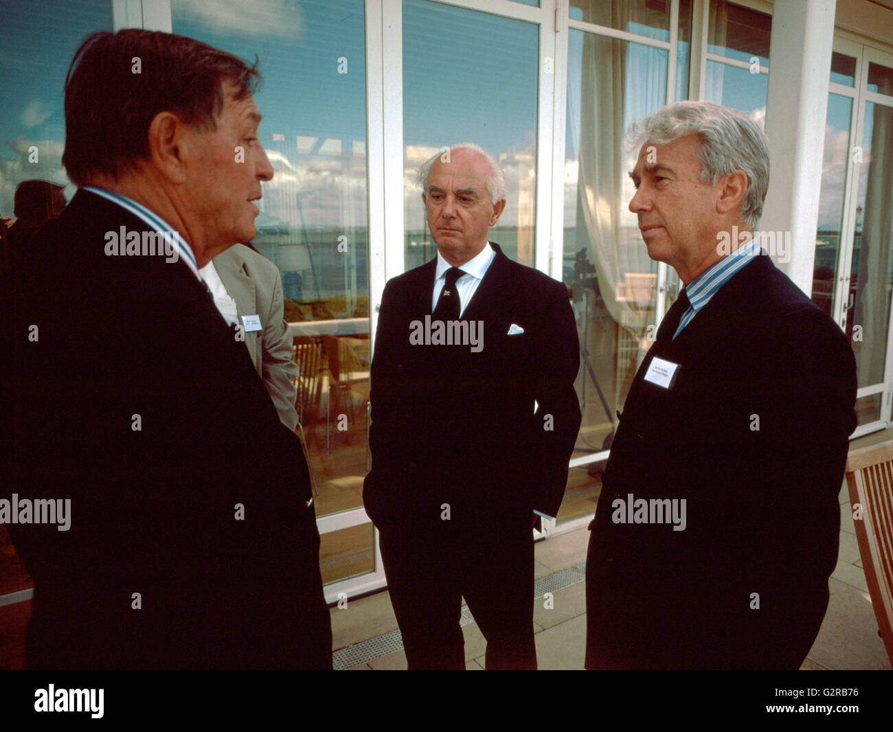 AJAXNETPHOT0. 2000. COWES,ENGLAND. - PEOPLE IN YACHTING, (L-R) BOB FISHER, PETER NICHOLSON AND RON HOLLAND IN DISCUSSION - Stock Image
