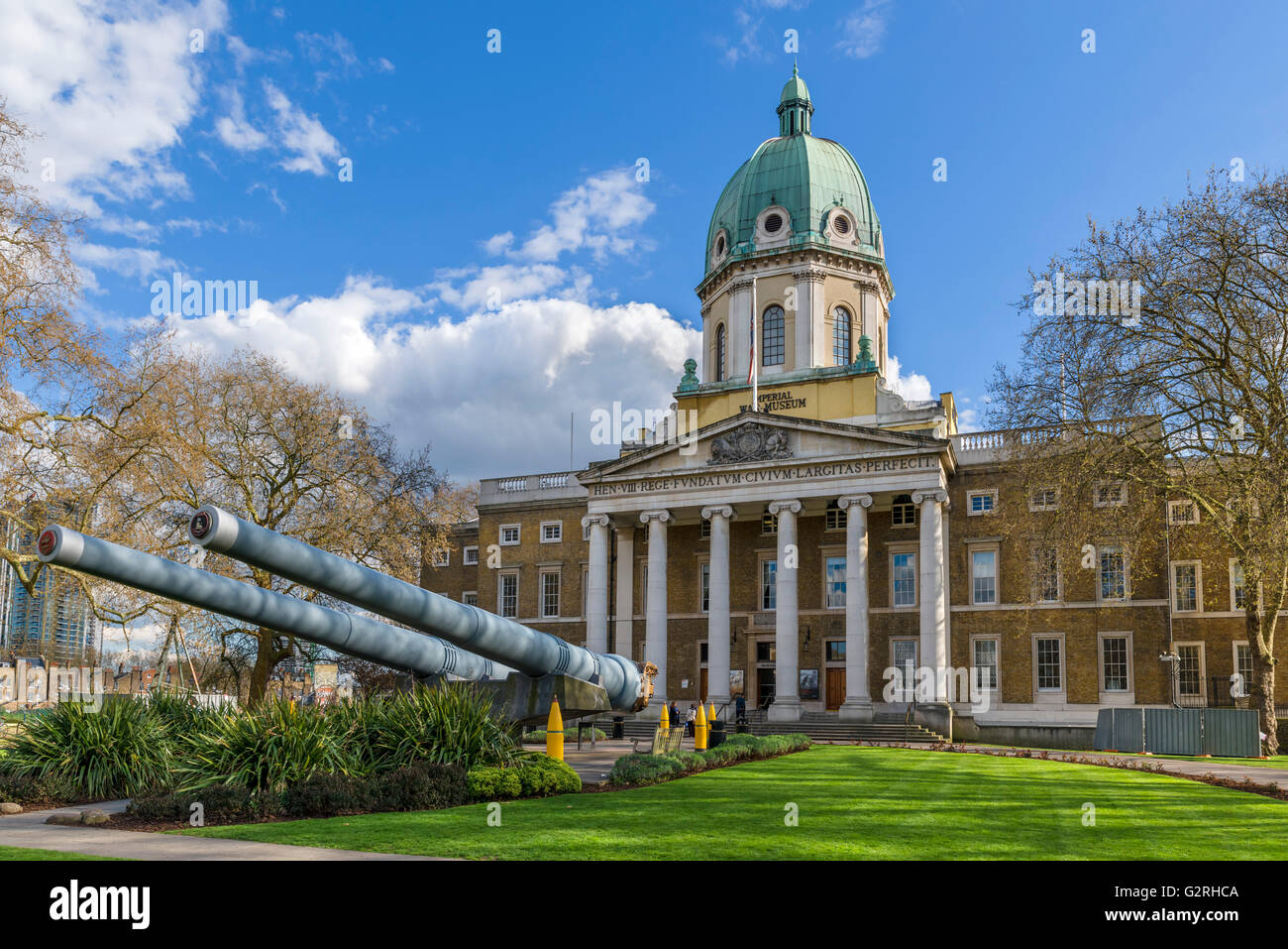 North entrance to the Imperial War Museum, with 15 inch naval guns in the foreground, Lambeth, London, England, - Stock Image