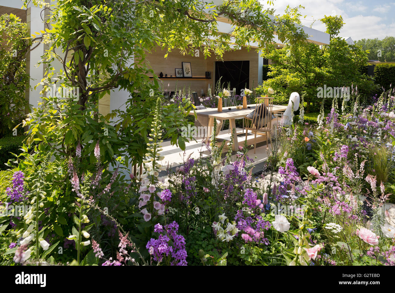 Rhs chelsea flower show 2016 the lg smart garden silver gilt medal stock photo 105029665 alamy - Chelsea flower show gold medal winners ...
