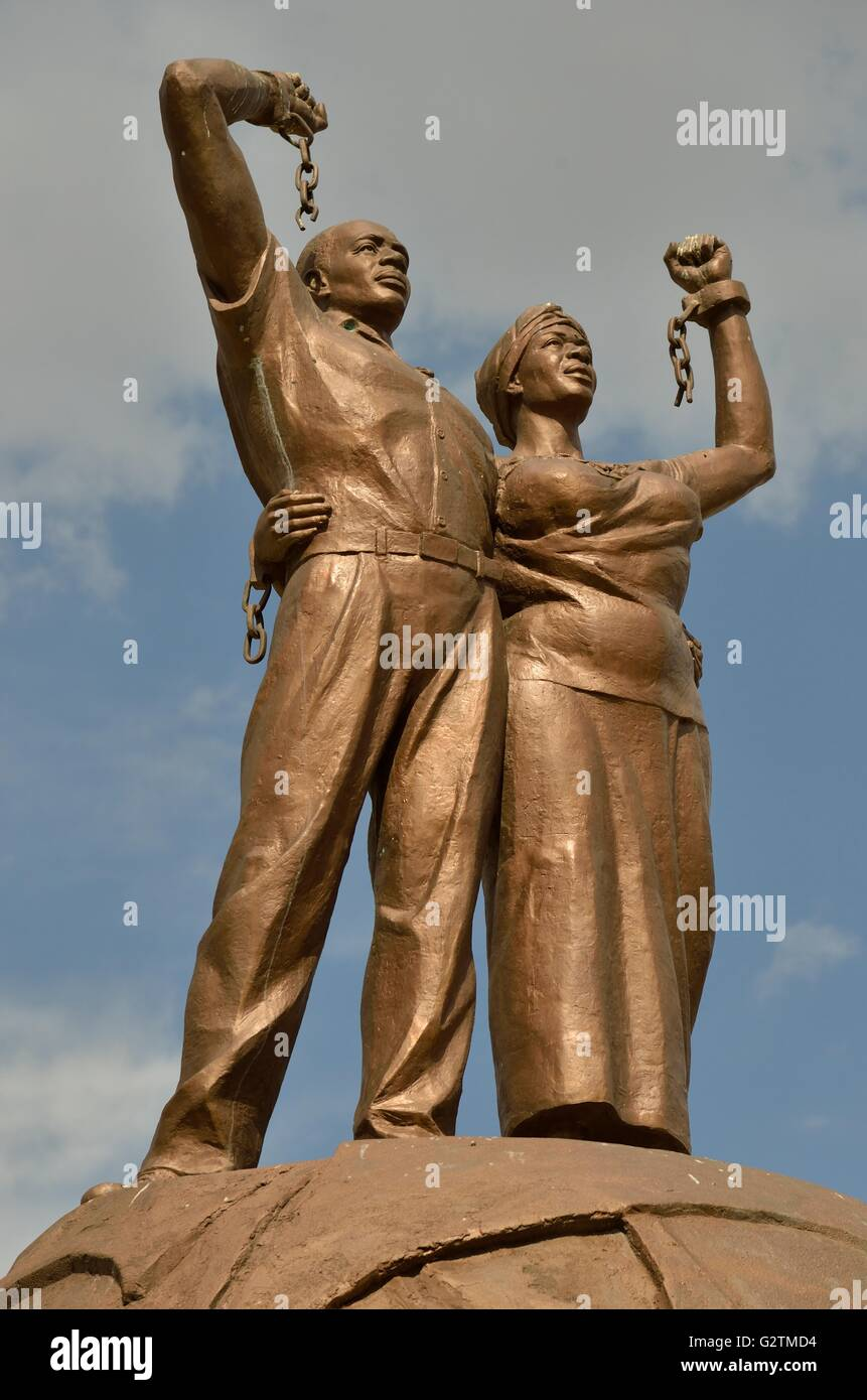 Sculpture of a black couple who rips the chains of white subjugation, symbol end of slavery, in front of the Alte - Stock Image