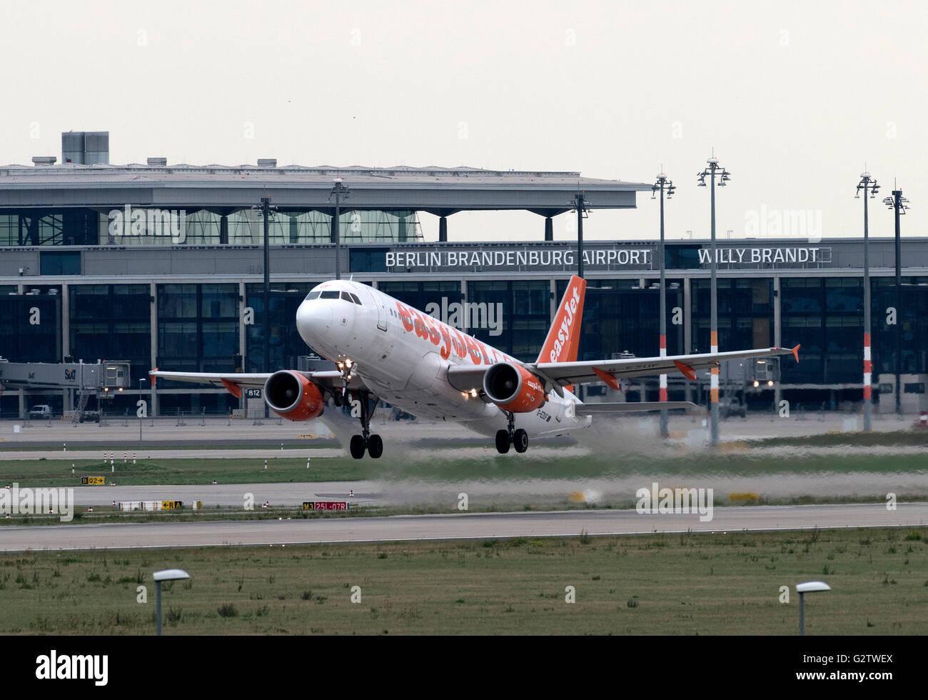 17.09.2015, Schoenefeld, Brandenburg, Germany - During the renovation of the northern runway of Schoenefeld airport, - Stock Image