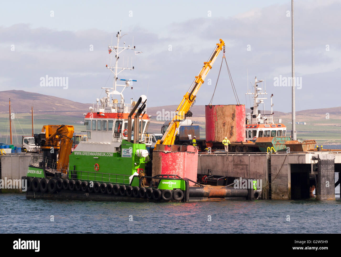 Sections of the decommissioned Pelamis P2 wave energy device being lifted onto pier for disposal, Stromness, Orkney, - Stock Image