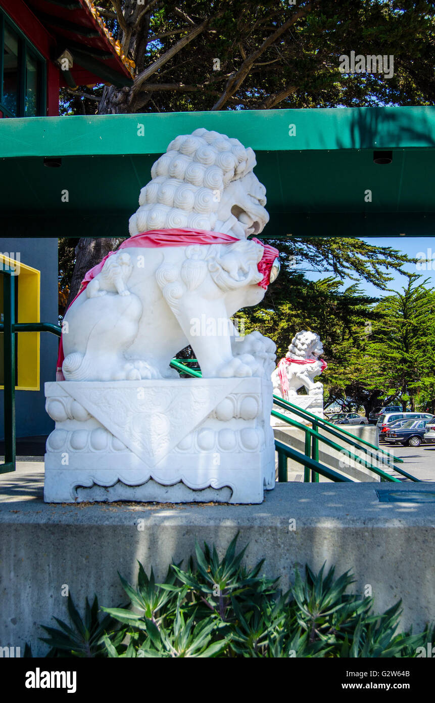 A Foo Dog at the Hong Kong East Restaurant in Emeryville California - Stock Image