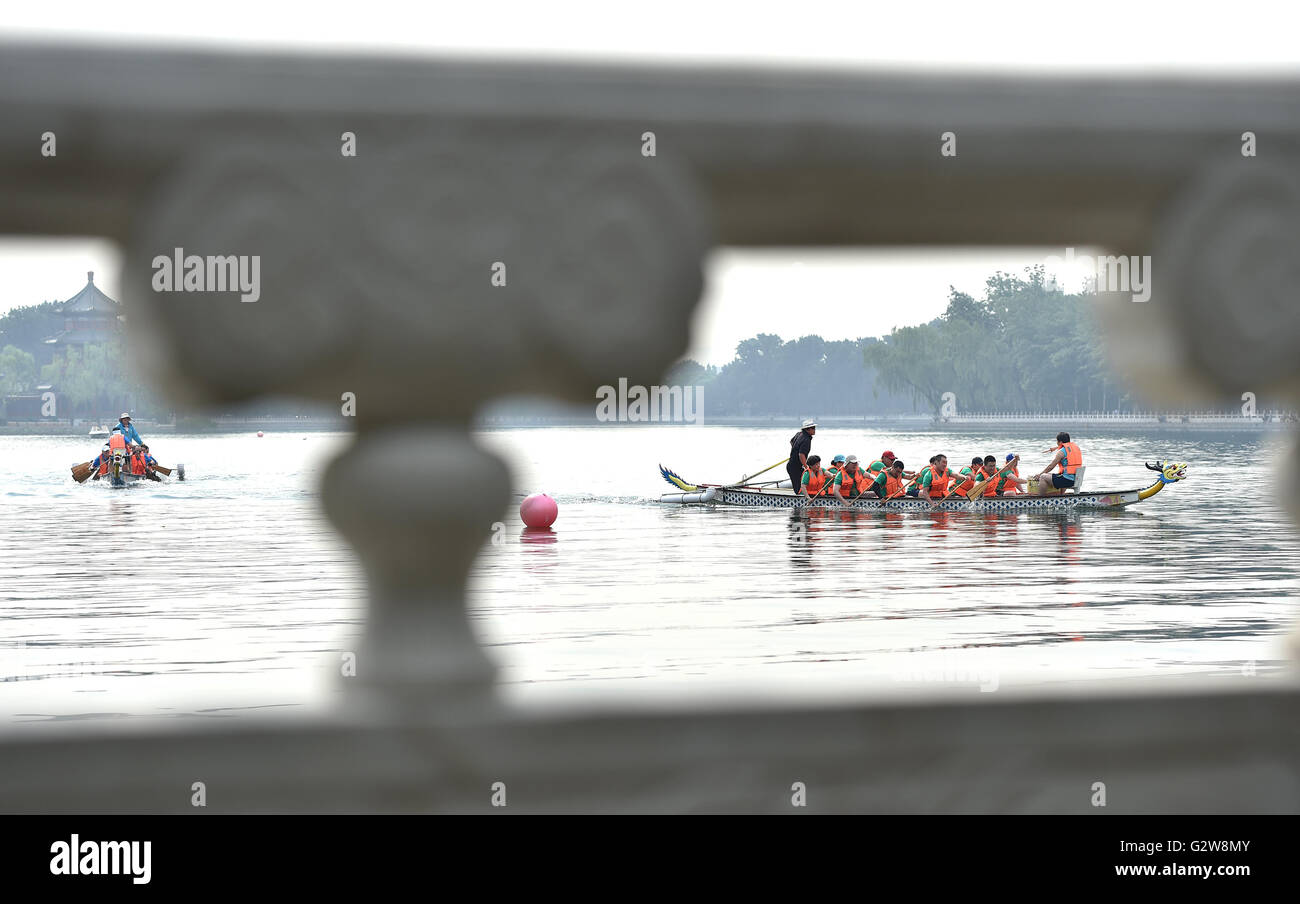 Beijing, China. 3rd June, 2016. Contestants take part in a dragon boat competition in Shichahai, a scenic area in - Stock Image