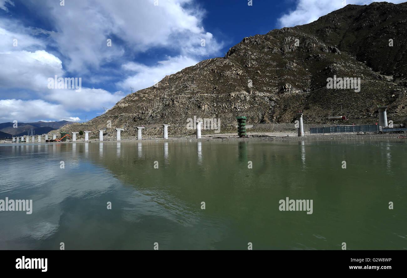 Lhasa. 2nd June, 2016. Photo taken on June 2, 2016 shows Mingze Bridge under construction in Sangri County, southwest - Stock Image
