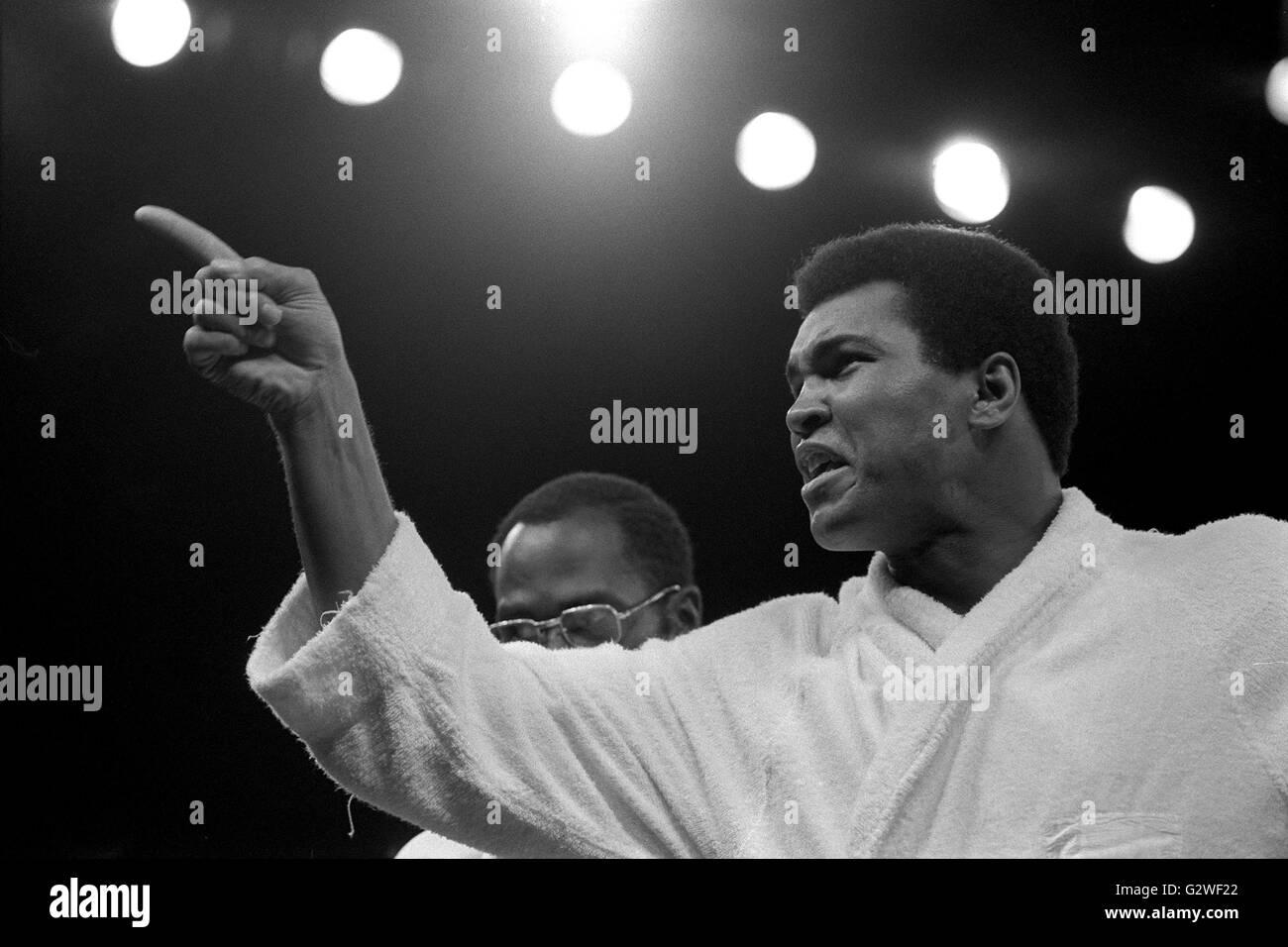 Cassius CLAY Muhammad Ali, USA, Boxer, nach seinem Kampf gegen Joseph William Joe Frazier, im Bademantel im Ring, - Stock Image