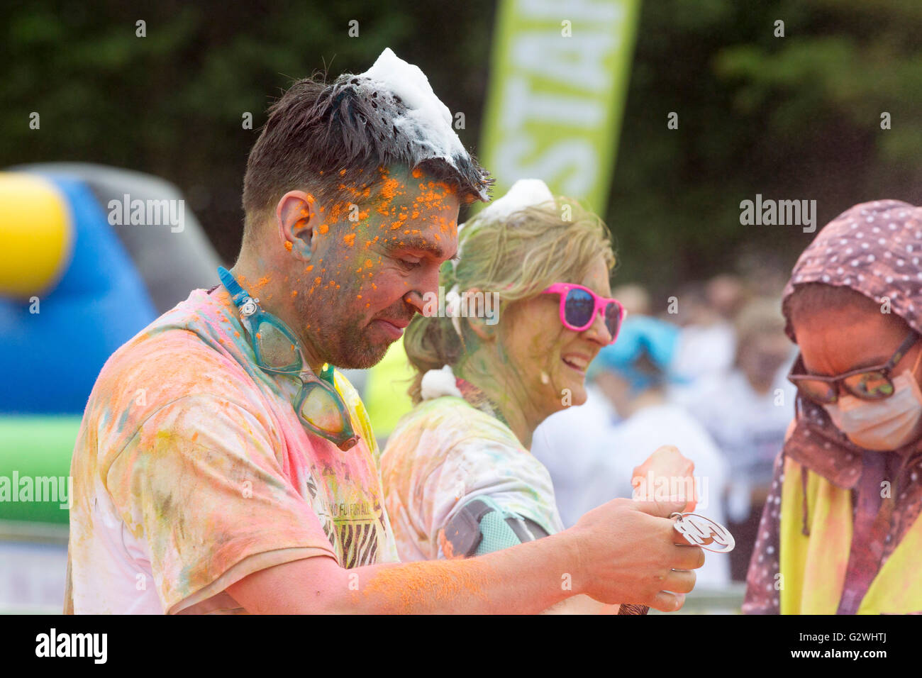Willen Lakes, Milton Keynes, Bedfordshire, UK. 4th June 2016. Color Obstacle Rush 5k Even with 6,500 people taking - Stock Image