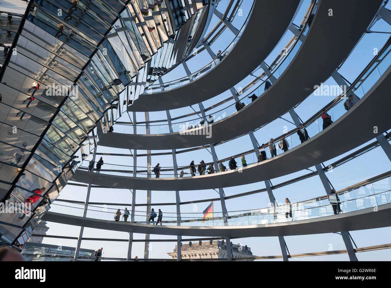 27.10.2015, Berlin, Berlin, Germany - The glass dome on the Reichstag building, the seat of the German Bundestag. Visitors to the spiral leading upward rise, other visitors are reflected in the Mittelsaeule the Reichstag dome. The architect of mordernen dome is Sir Norman Foster. 0JL151027D081CAROEX.JPG - NOT for SALE in G E R M A N Y, A U S T R I A, S W I T Z E R L A N D [MODEL RELEASE: NO, PROPERTY RELEASE: NO, (c) caro photo agency / Lederbogen, http://www.caro-images.com, info@carofoto.pl - Any use of this picture is subject to royalty!] Stock Photo