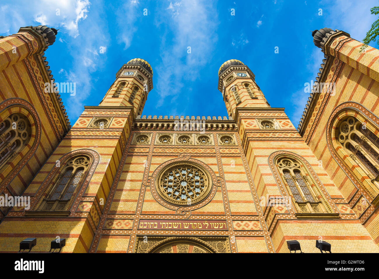 Dohany utca Synagogue in the old Jewish quarter (in the Erzsebetvaros district) of Budapest, Hungary. - Stock Image