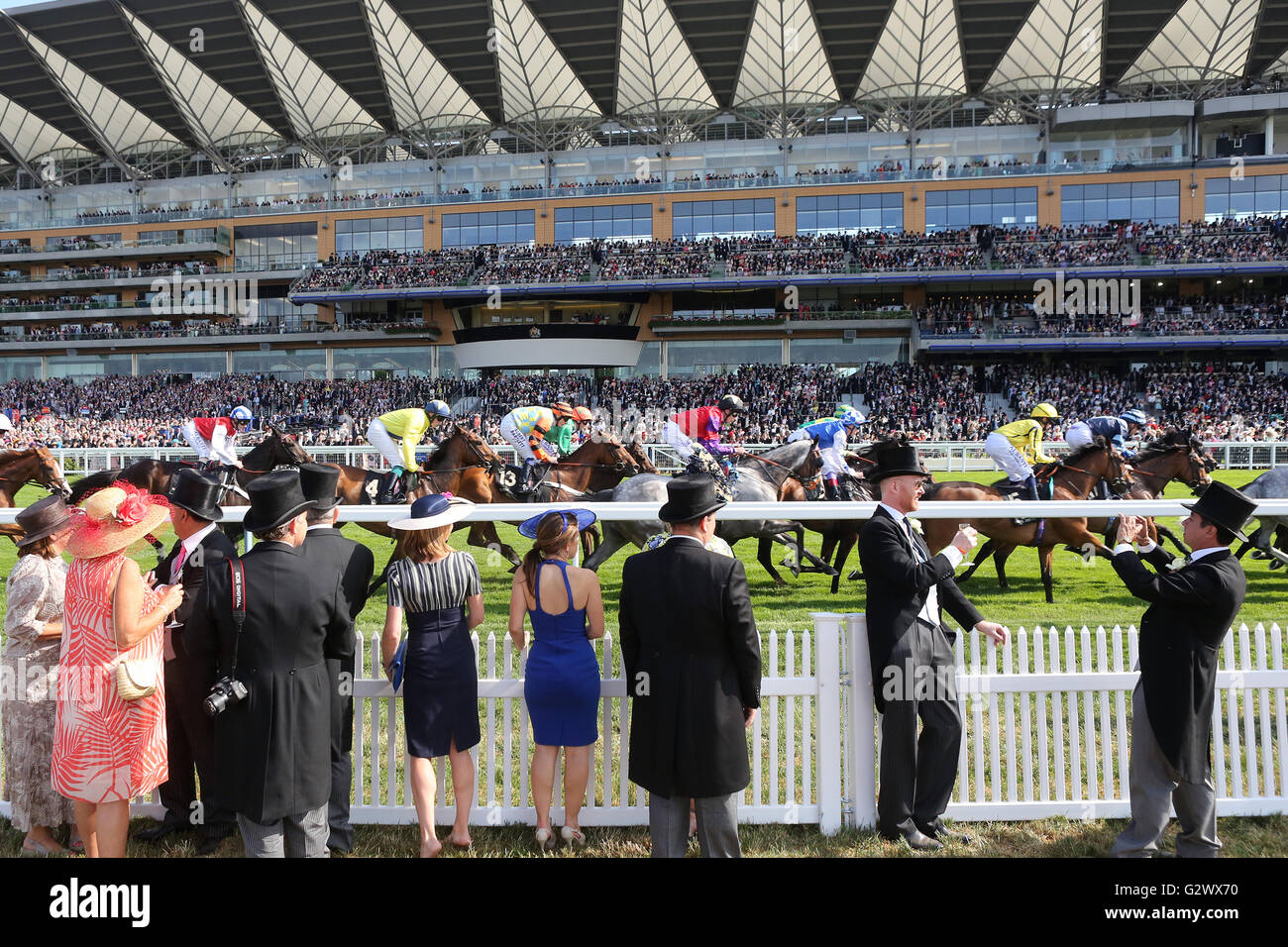 16.06.2015, Ascot , Berkshire, Grossbritannien - Smartly dressed people at the races. 00S150616D701CAROEX.JPG - Stock Photo