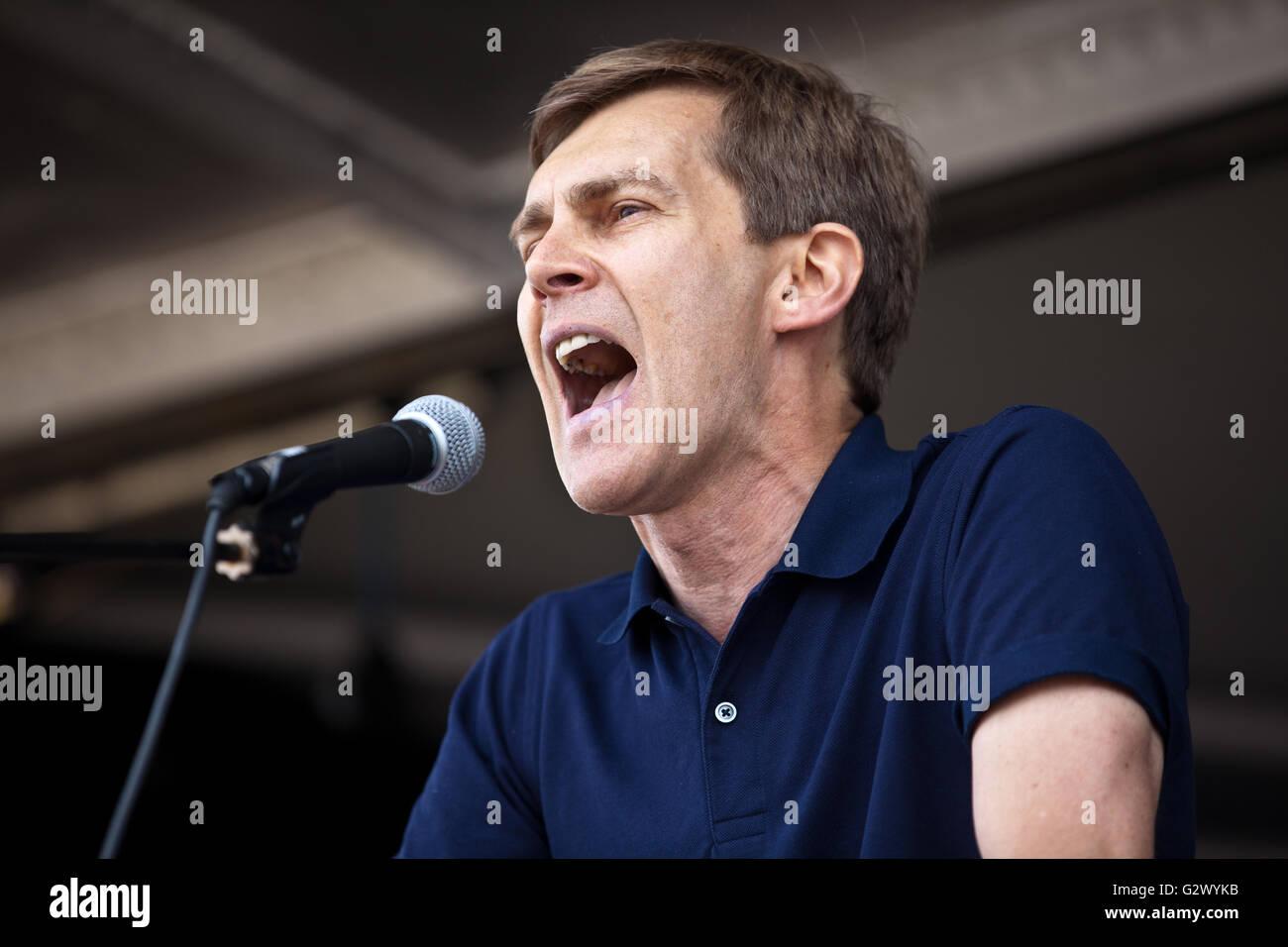 London, UK. 9th August, 2014. Seumas Milne, journalist and writer, addresses the National Demonstration for Gaza - Stock Image